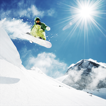 Snowboarder che salta