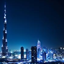 Dubai illuminata di notte