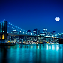 Scena notturna del Brooklyn Bridge e New York