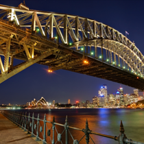 Sydney Harbour Bridge illuminato di notte