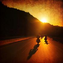 Motociclisti al tramonto