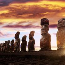 Vista al tramonto dei moai