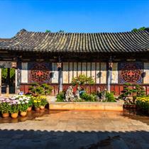 Antico Tempio cinese con fiori