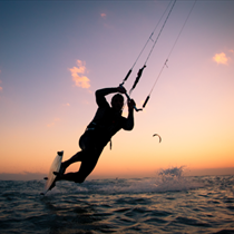 Kitesurf e tramonto
