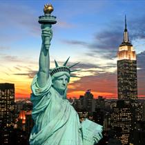 La statua della libertà con sfondo New York