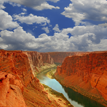 Fiume nel grand canyon