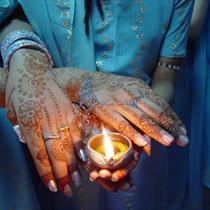 Mani tatuate con una candela