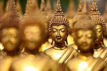 Statue di buddha color oro