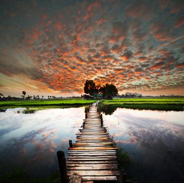 Lago tropicale al tramonto
