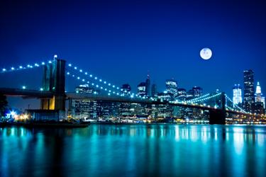 Scena notturna del Brooklyn Bridge e New York