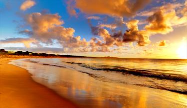 Spiaggia al sorgere del sole