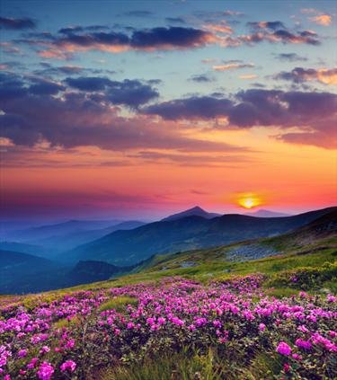 Panorama di montagna al tramonto