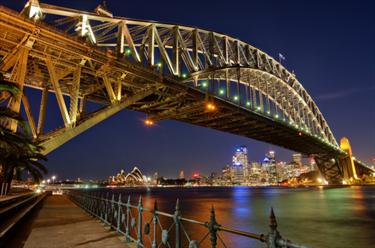 Sydney Harbour Bridge illuminato di notte