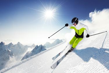 Sciatore che scia
