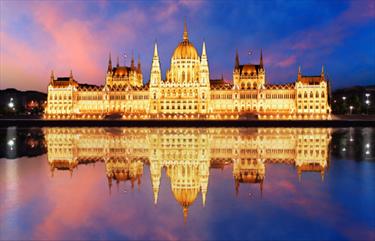 Parlamento di Budapest illuminato