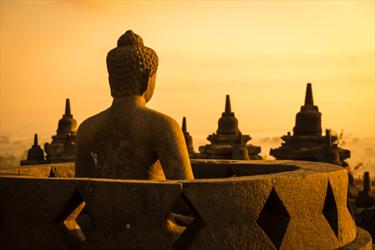 Buddha a Borobudur al tramonto