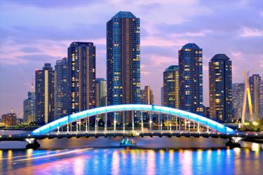 Ponte illuminato a Tokyo