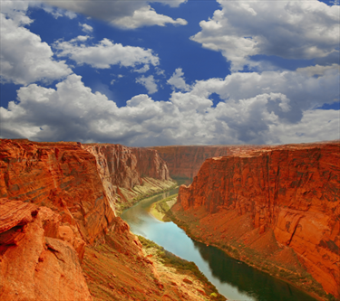 Fiume nel grand canyon